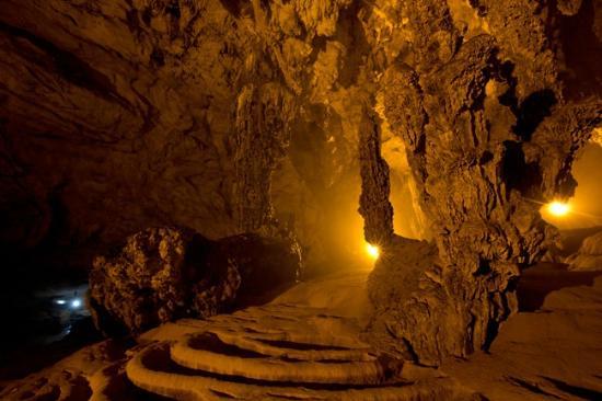 Nguom Ngao Cave Internal lighting on the formations & Internal lighting on the formations - Picture of Nguom Ngao Cave ...
