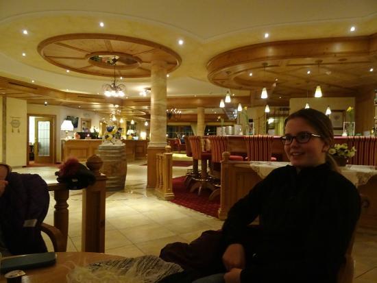 Das Pfandler: gezellige hotel entree ruimte met bar en open haard