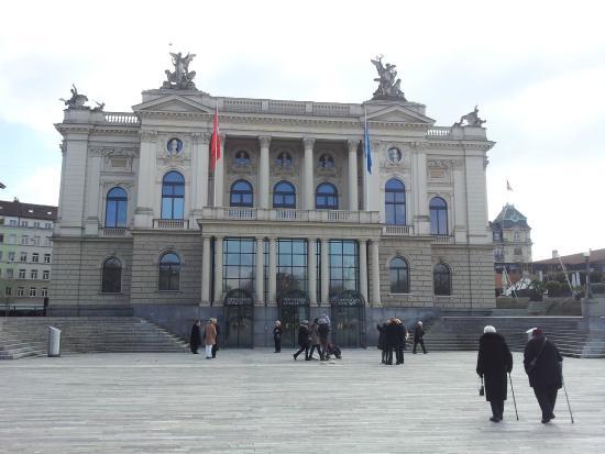 Buerkliplatz: Opera house in the squre