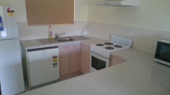 Tradewinds McLeod Holiday Apartments: the kitchen