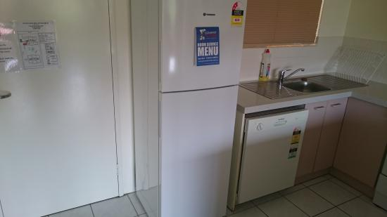 Tradewinds McLeod Holiday Apartments: kitchen again with fridge