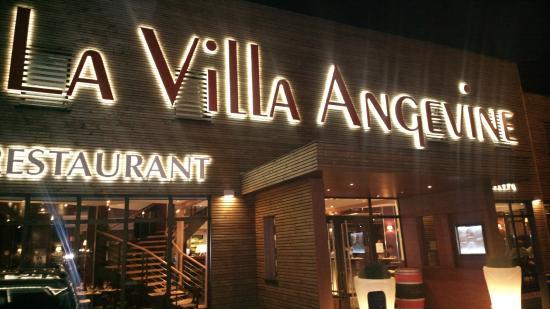 La Villa Angevine: Вход ночью