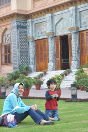 Mohatta Palace Museum: January is a nice weather, the grass is clean too
