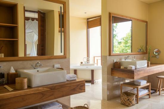 Komaneka at Tanggayuda: Bathroom