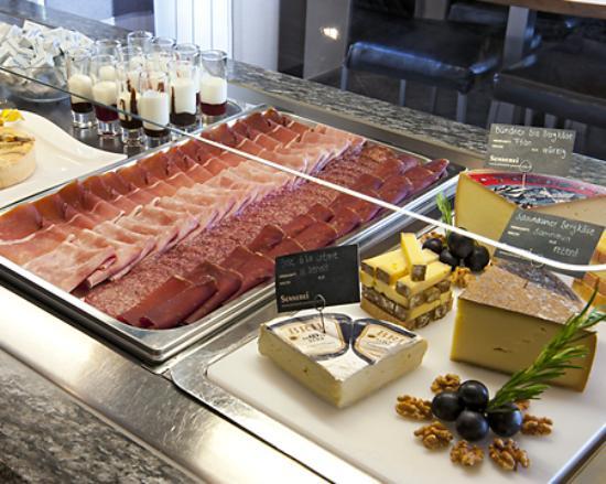 Hotel Crusch Alba: Frühstücksbuffet