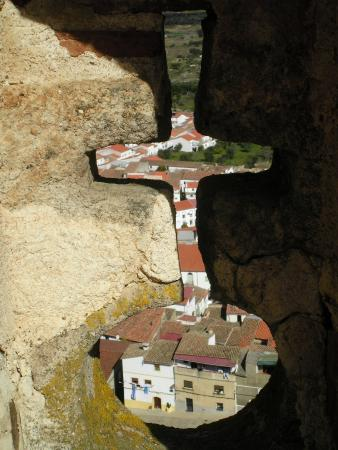 Alburquerque, Spanien: The town below through one of the small openings in the tower