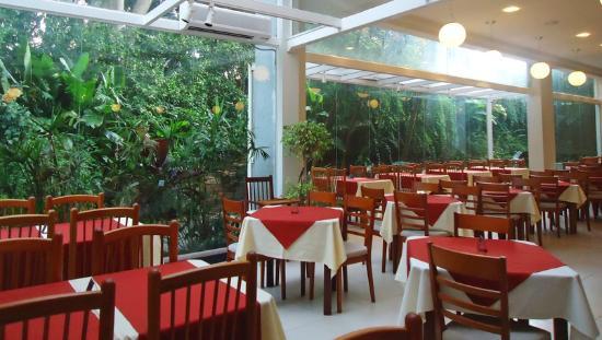 Thermas Piratuba Park Hotel : Restaurante com vista para área verde