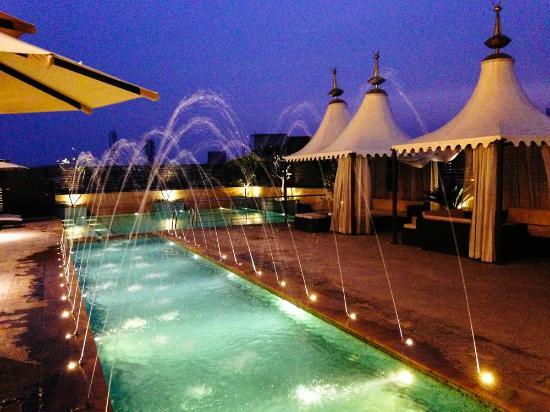 Hilton Jaipur: Pool and deck area
