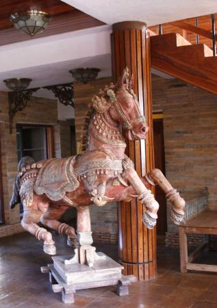 Lake Manyara Hotel: Dekoration i lobbyn