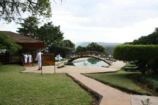 Lake Manyara Hotel: Poolområdet på hotellet med utsikt över sjön