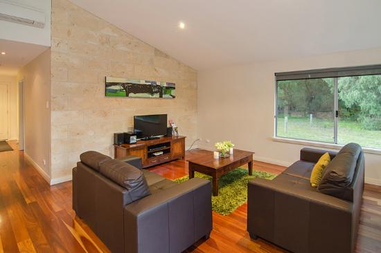 Acacia Chalets & Margaret River Beach Studios: Chalet Lounge Room