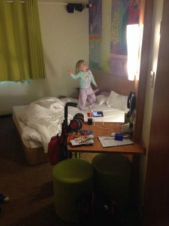 B&B Hotel Frankfurt City-Ost: My daughter enjoying the room