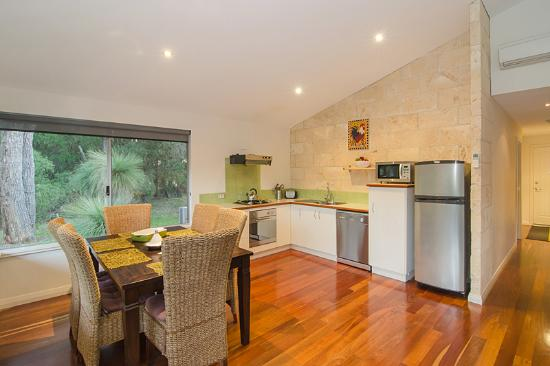 Acacia Chalets & Margaret River Beach Studios: Chalets with Fully Equipped Modern Kitchen