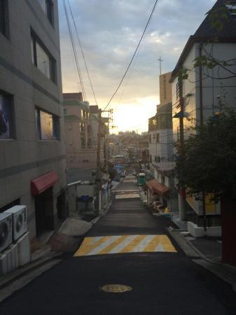 Go Korea Guesthouse: ถ่ายจากถนนใหญ่ไปซอย อยู่ฝั่งขวามือตึกแรก