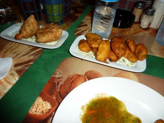 Akbar Indian and Thai Restaurant: Akbar vege samosas (delicious!) and potato pakoras
