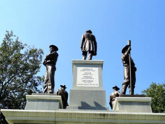 ‪Confederate Soldier Monument‬