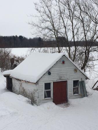 Gite du Maudit Français: La cabane aux motos neige