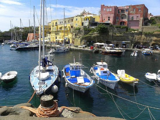 il porto romano ancora in uso a ventotene