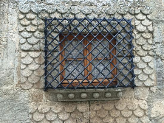 Ledesma: Ventana escamada con reja cruzada Palacio Godínez s XV