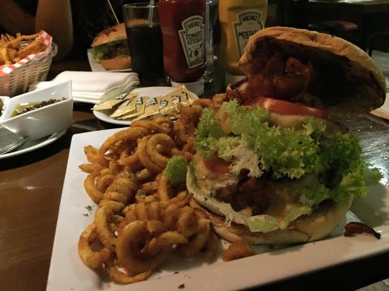 """XB Restaurante: esta es una mega hamburguesas """"xtreme"""" deliciosa."""