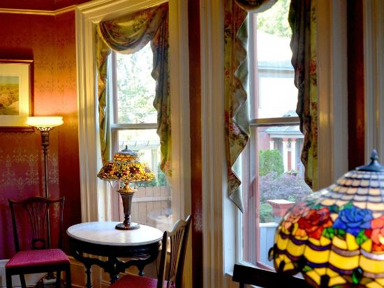 Union Gables Inn: Living room area at Union Gables is romantic with stained glass lamps