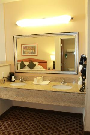Crystal Inn Hotel & Suites Midvalley - Murray: Vanity area