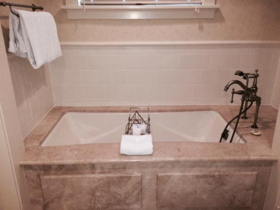 The Hotel Hershey: Large soaking tub