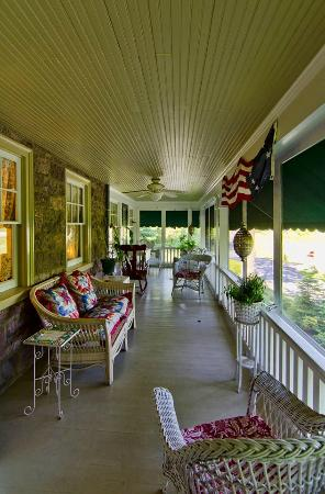 Living Spring Farm Bed and Breakfast: Screened In Porch