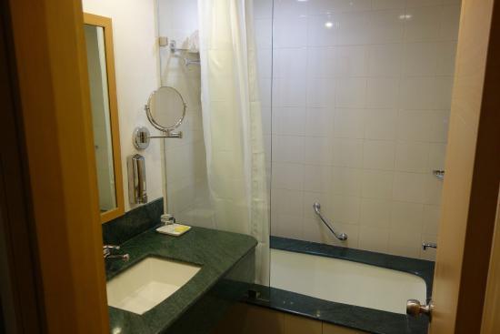 Lemon Tree Hotel Gachibowli Bathroom