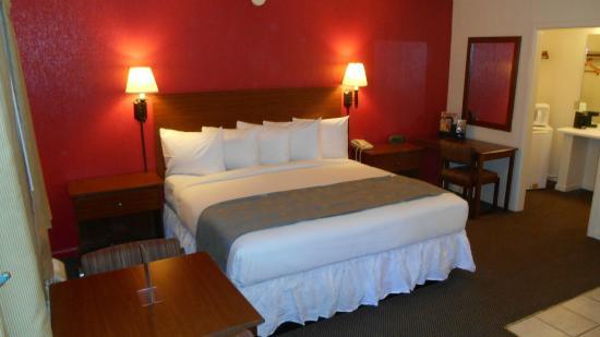 Emerald Inn Expo: Beautiful King room