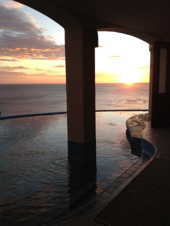 Villa Noche: Magnificent sunset from our own infinity poolside.