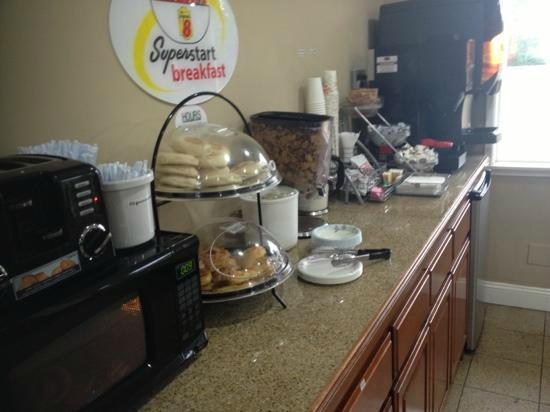 Super 8 Anaheim Near Disneyland: O Café de manhã sempre igual em local muito pequeno