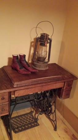 Deer Mountain Lodge & Wilderness Resort : THE MAPLE ROOM ANTIQUES
