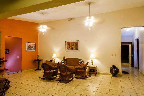 Hotel El Almendro Managua: Living room