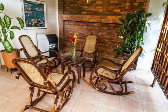 Hotel El Almendro Managua: Living room + Ice maker area