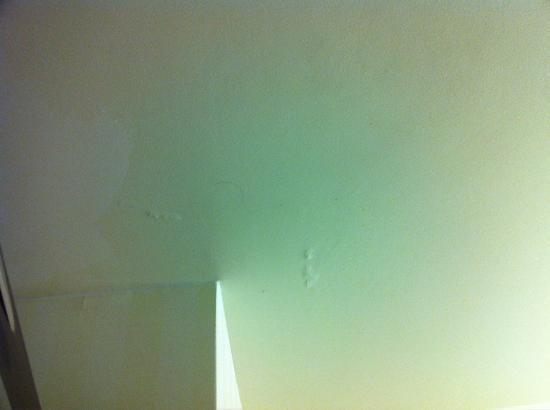 Fairfield Inn Joplin: Looking up at the bathroom ceiling