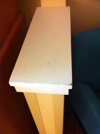 Fairfield Inn Joplin: Wear on the shelf top of room divider.
