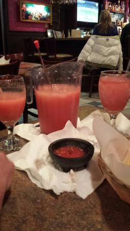 El Cerro Mexican Bar & Grill: Magaritas by the pitcher!