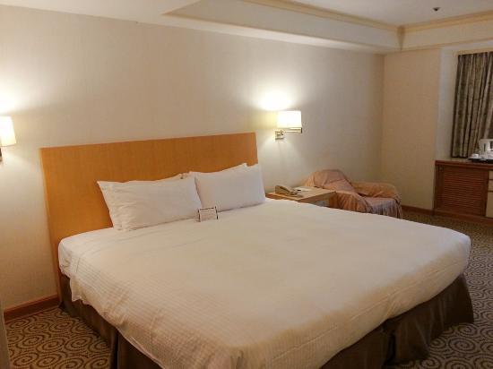 Fullerton Hotel East Taipei: Big bed, a bit hard but very nice pillows. Worn interior.