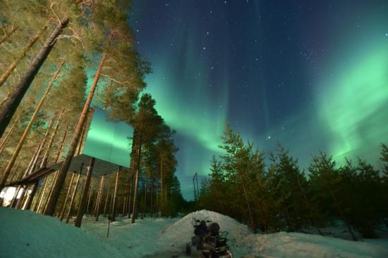 Harads, Suède : No filters, no editing... Amazing view of our room and the aurora... Pic1