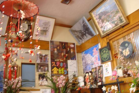 Takematu Ryokan : 吊るし雛などで可愛らしく飾られたフロント