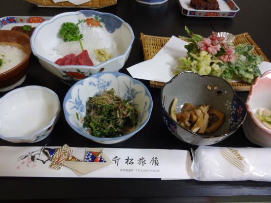 Takematu Ryokan : 地元の旬の食材を使った手料理。品数も量も大満足でした!