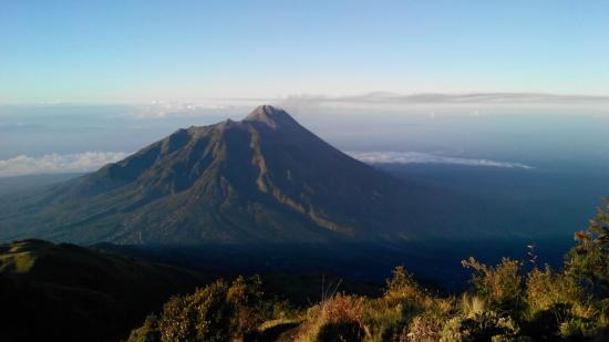 Salatiga, Indonesia: Pemandangan Gunung Merapi dari Puncak Gunung Merbabu