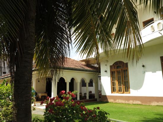 Blick vom Garten aus: Links der schattige Platz für´s Frühstück..., rechts das Gebäude mit den Z
