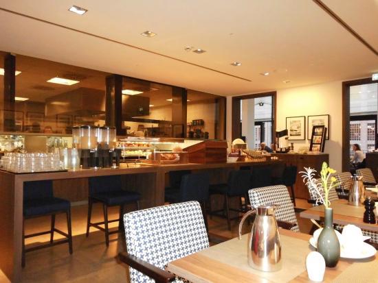 Frühstücksbuffet mit Blick in die Küche - Bild von AMERON Hotel ...