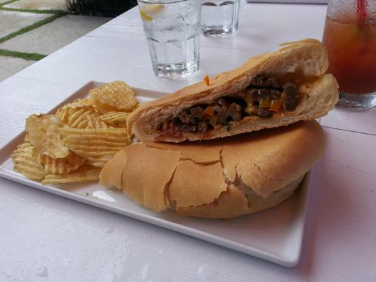 Lluvia Deli Bar & Artefacto: Steak fajita sandwich