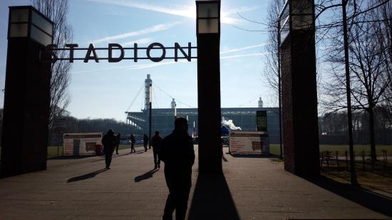 RheinEnergieStadion: スタジアム入口、公園
