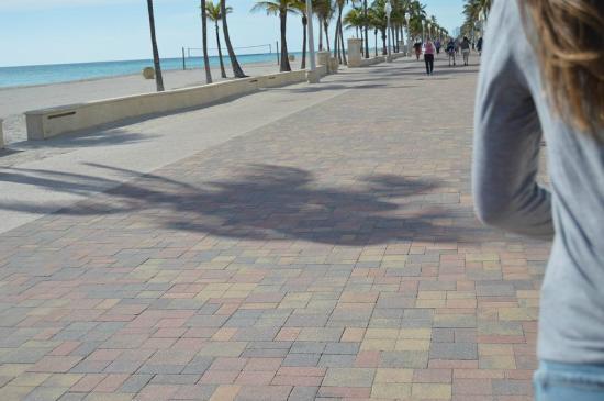 Ocean Inn: Beach boardwalk ~2 blocks away