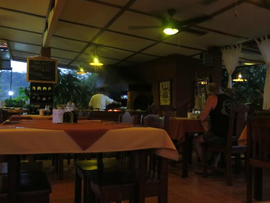 Cabinas El Colibri: Dining area looking towards grill and oven.