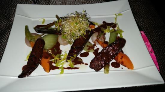 Lou Candeloun: photo d'une entrée du menu. Figatelli grillée sauce cacao  petits légumes.